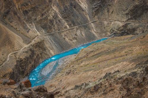 Dòng nước xanh huyền hoặc được ghi lại một cách trọn vẹn