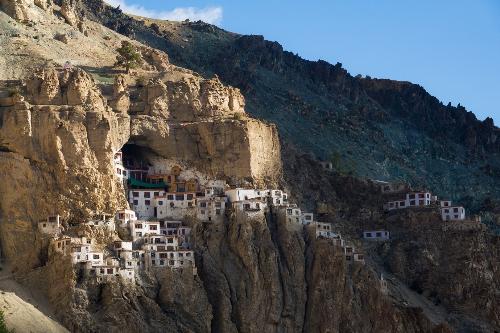 Tu viện Phuktal ẩn mình và cheo leo trên vách đá.