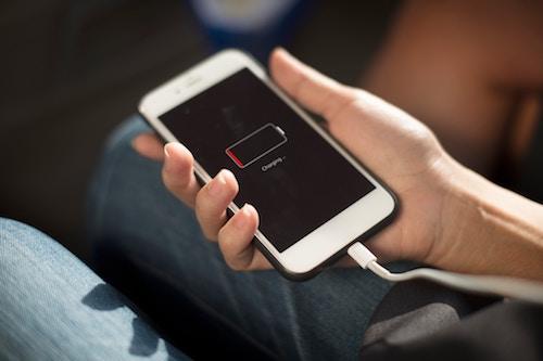Apple đang nỗ lực lấy lại niềm tin của người dùng sau scandal làm chậm iPhone. Ảnh: Hypebeast
