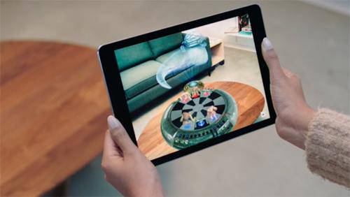 Các ứng dụng AR giúp tạo một lớp đồ họa lên hình ảnh môi trường thật để người dùng dễ hình dung.