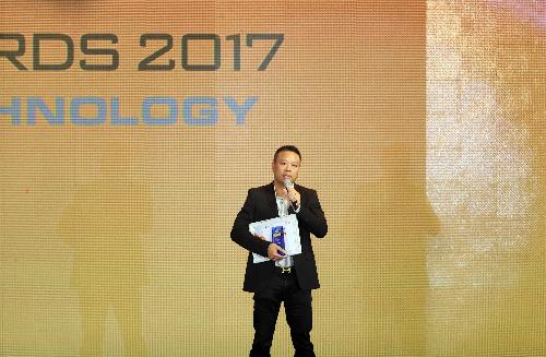 dai-dien-mobiistar-toi-bat-ngo-khi-doat-giai-tech-awards-2017