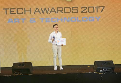 j7-pro-nhan-giai-dien-thoai-cho-gioi-tre-tai-tech-awards-2017