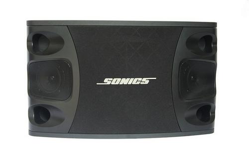 Cũng hướng tới không gian 20 đến 25 mét vuông, bộ dàn sử dụng loa A800 của Sonics, ampli California Pro 468B, đầu karaoke ổ cứng Hanet Play X One và micro California SM 58. Thay vì sử dụng đầu karaoke thông thường, bộ dàn dùng ổ cứng 1 TB có thể lưu trữ hàng chục ngàn bài hát và có thể cập nhật nếu cần thiết. Loa Sonics A800 cho chất âm mạnh mẽ, bass mạnh, treble trong, khả năng chống tạp âm, cũng như ampli California Pro 468B có khả năng cân bằng âm, tạo hiệu ứng âm thanh nổi tương tự phòng hát chuyên nghiệp là điểm nhấn của bộ dàn này.