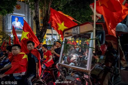 Loạt ảnh ăn mừng chiến thắng lan truyền mạnh trên mạng Internet ở Trung Quốc không kém ở Việt Nam.