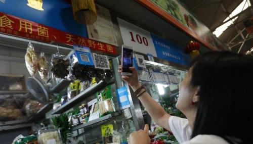 Mua hàng tại chợ qua mã QR.