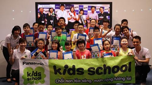 Lớp học chế tạo pin khô thu hút nhiều học sinh tham gia tại Panasonic Risupia Việt Nam.