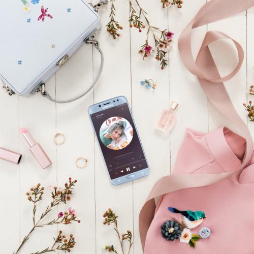Túi xách trắng dễ kết hợp với áo dài, kích thước 18-20cm đựng vừa vặn chiếc smartphone Galaxy J7 Pro màu xanh ánh bạc.