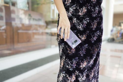 Sắc tím khói trên Galaxy Note8 là cảm hứng phối đồ bất tận cho các quý cô ưa chuộng phong cách nền nã, nữ tính.