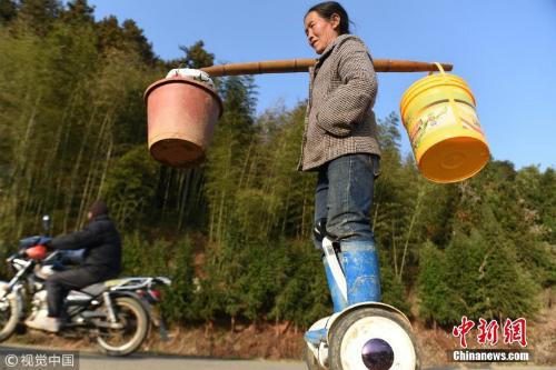 Nông dân Trung Quốc cưỡi xe tự cân bằng đi làm đồng