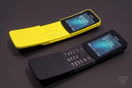 Nokia 8110 phiên bản 1996 (ảnh trên) và bản 2018 (ảnh dưới).