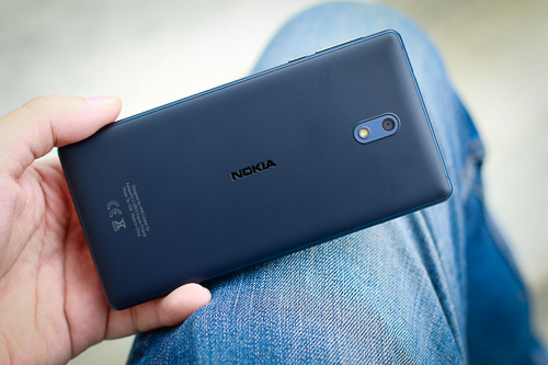 Nokia 3 trông mỏng và cho cảm giác cầm vừa tay, trọng lượng 146 gram, tương đương iPhone 7.
