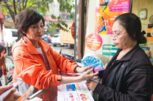 Dù là nhân sự đứng đầu, CEO Elizabete Fong vẫn đi đến từng địa phương, đại lý để tìm hiểu nhu cầu người dùng. Trong ảnh, bà trực tiếp giới thiệu Thánh SIM đến chủ cửa hàng bán lẻ.