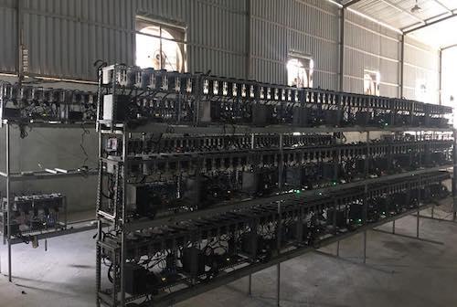 Một xưởng với hàng chục máy đào tiền điện tử.