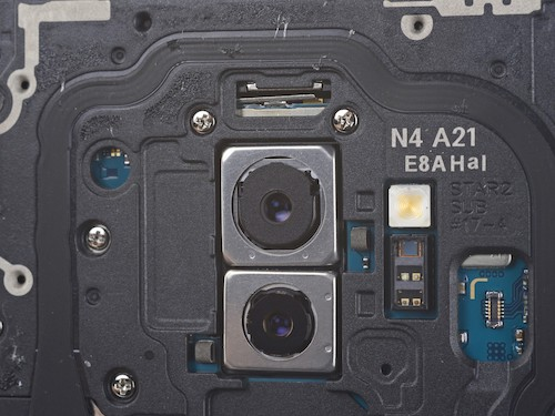 Camera chính (trên) Galaxy S9+ với khẩu độ F1.5.