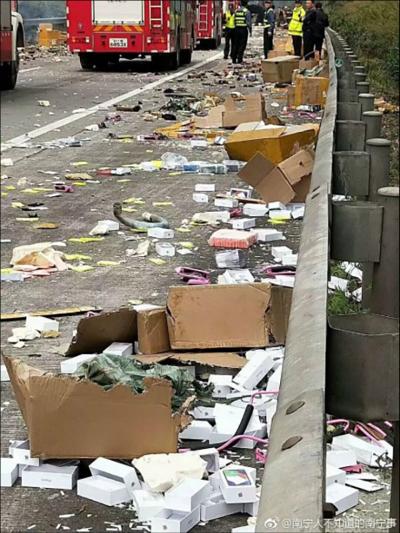 iPhone X rơi đầy đường sau tai nạn ôtô