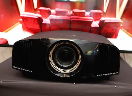 Sony cũng giới thiệu một model khác với giá rẻ hơn một nửa là VPL-VW320ES.