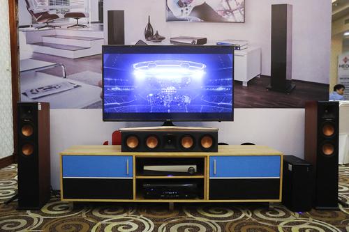 Dàn âm thanh với kết nối không dây dùng để xem phim kết hợp nghe nhạc.