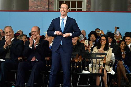 Phong thái của Zuckerberg trong buổi điều trần.