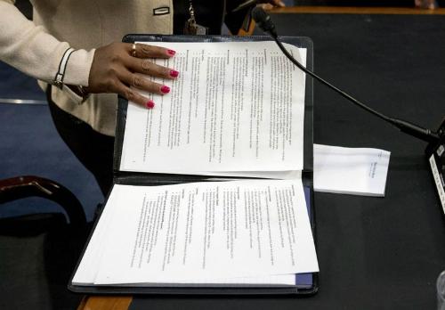 Cuốn sổ ghi chú của Mark Zuckerberg tại phiên điều trần 11/4. Ảnh: AP.