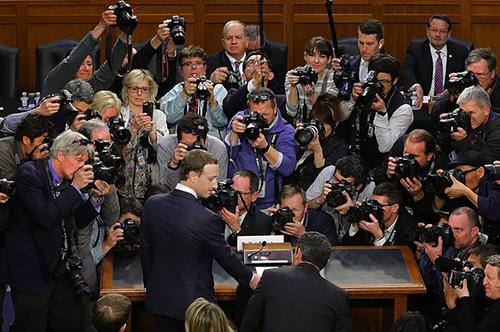Rừng ống kính máy ảnh bao vây Zuckerberg.