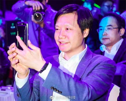 Ông Lei Jun đeo Mi Band 3 tại lễ ra mắt smartphone Back Shark.