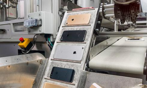 robot-thao-roi-200-chiec-iphone-moi-gio-cua-apple