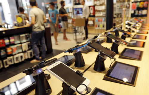 Người tiêu dùng sẽ dễ bị phân vân trước hàng loạt sản phẩm trưng bày tại cửa hàng điện thoại di động. Ảnh: mobilenapps