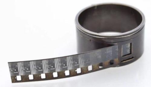 Phim được sử dụng là loại 8 mm, đã trở nên rất hiếm hiện nay.