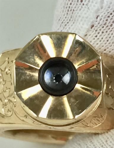 Camera siêu nhỏ được tích hợp trên mặt nhẵn và nhô ra hẳn khỏi vòng đeo. Chiếc nhẫn công nghệ này được cho dành cho các điệp viên Liên Xô KGB.