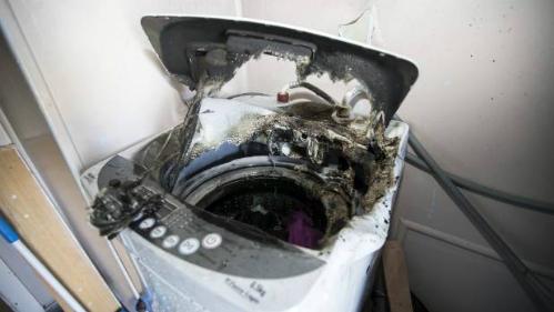 Chiếc máy giặt cửa trên được ghi nhận là cháy rất nhanh và tạo ra khói đen dày đặc.