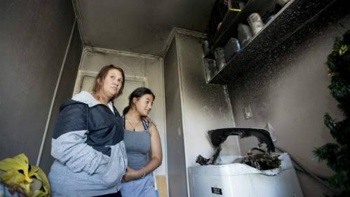 Ashleigh Haynes và cô con gái 14 tuổi Trinity Griffen trở lại căn bếp sau vụ cháy.