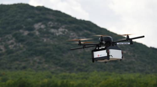 Drone là thiết bị vận chuyển hiệu quả tại các khu vực có địa hình hiểm trở.