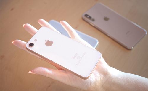 iPhone SE 2 nằm gọn trên tayvới màn hình chỉ khoảng 4,2 inch, không có giắc cắm tai nghe.