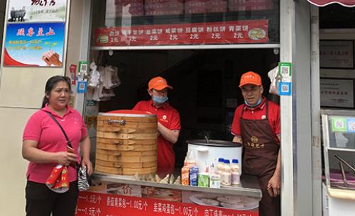 Sau sự việc, ông chủ cửa hàng bánh cho biết công việc kinh doanh bỗng tốt lên trông thấy.