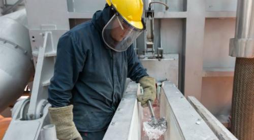 Phương pháp sản xuất nhôm mới giải phóng oxy thay vì khí nhà kính, trong quá trình nấu chảy. Ảnh: Apple