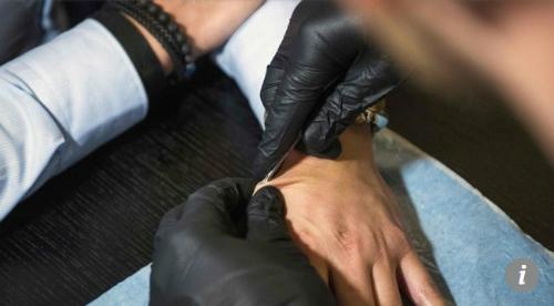 Cận cảnh ống tiêm đưa con chip vào tay người tình nguyện. Ảnh AFP
