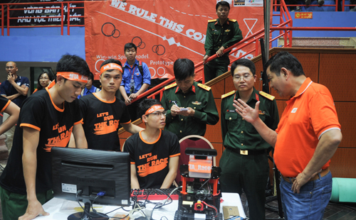 Ông Trương Gia Bình, Chủ tịch HĐQT FPT, chia sẻ với đội thi trước trận Bán kết.