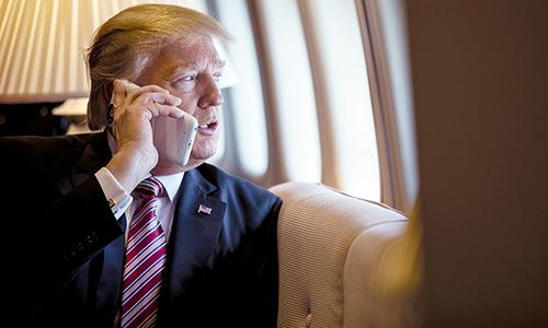 Tổng thống Trump dùng hai chiếc iPhone