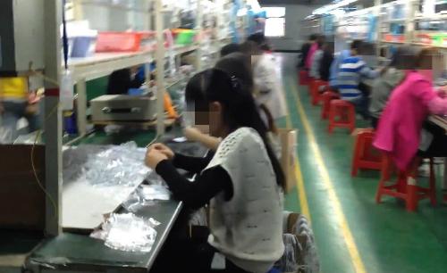 Các công nhân trong nhà máy lắp ráp loa thông minh giá rẻ.
