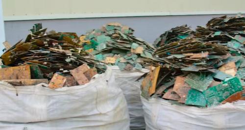Linh kiện, bản mạch cũ được tái chế trong các loa thông minh giá rẻ.