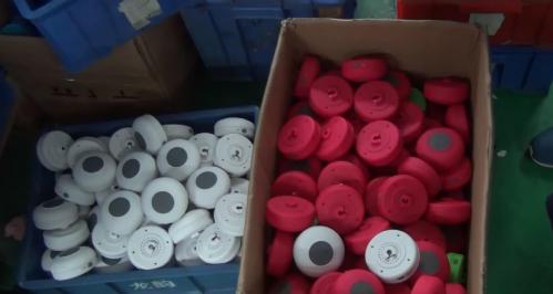 Vỏ loa thông minh giá rẻ được làm bằng nhựa chất lượng kém.