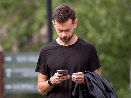 Jack Dorsey làm mọi việc trên chiếc smartphone của mình.