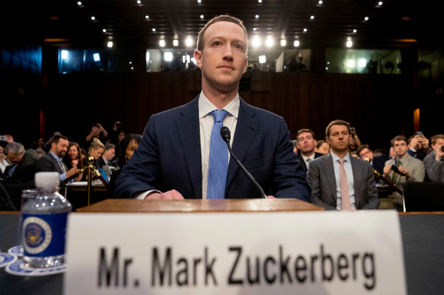 Mark Zuckerberg nhiều lần bị đề nghị từ chức sau bê bối dữ liệu.