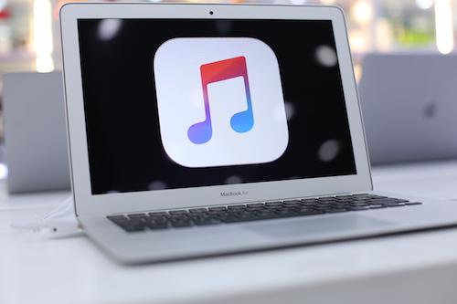 Nhỏ gọn nhưng mạnh mẽ, Macbook Air là sự lựa chọn cho những người thường xuyên di chuyển nhiều.