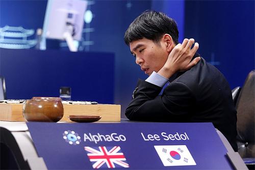 AlphaGo đấu với Lee Sedol. Ảnh: Time