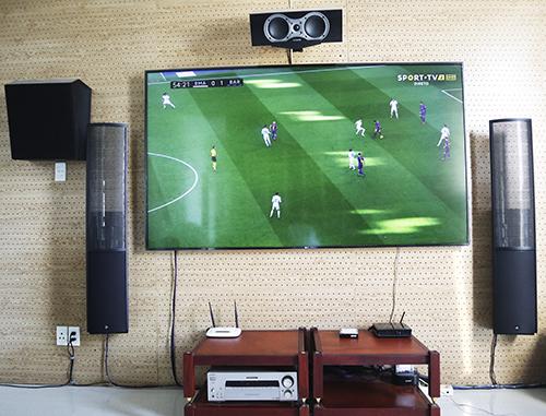 Dàn thiết bị chuẩn bị để xem bóng đá của anh Việt Anh.
