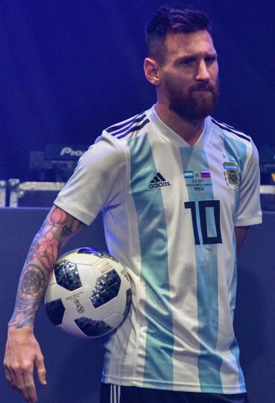 Danh thủ Lionel Messi đã trải nghiệm thử Telstar 18.