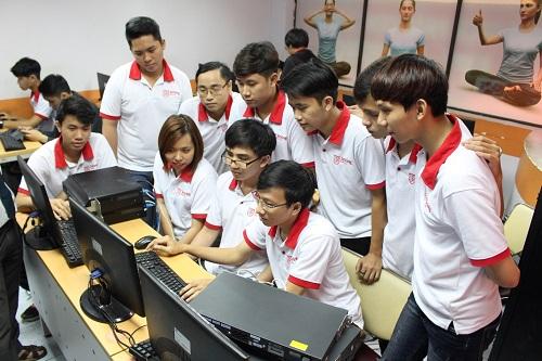 Sinh viên ngành Kỹ sư An ninh mạng FPT Jetking thực hành trong lớp học