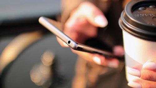Người dùng nên hạn chế truy cập Wi-Fi tại các quán cafe.Ảnh: Mobopreneur