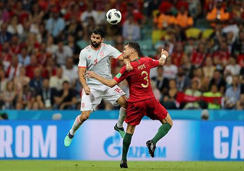Tình huống gây tranh cãi trước khi Costa ghi bàn.